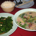 タイ料理の屋台で晩御飯を食べる