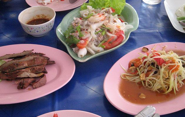 イサーン系タイ人と屋台でお昼ごはん