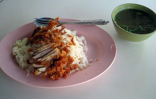 屋台で食べたカオマンガイ・トート