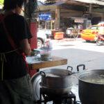 大鍋で煮込む鶏がらスープ