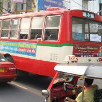 ヤワラートの街中を走る赤バス