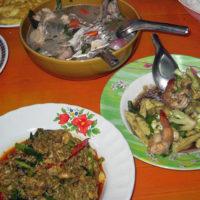 タイ人家庭の晩御飯は大皿で食べる