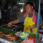 串焼きを売る笑顔のおじさん