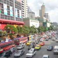 交通量の多いプラトゥーナムの道路