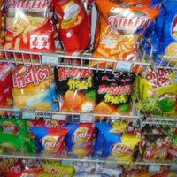 タイのスーパーで売られる色々なスナック菓子