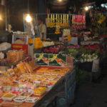 タイの夜に開かれる市場の雰囲気