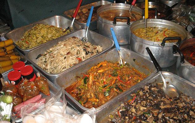 タイの市場で売られる美味しそうな惣菜