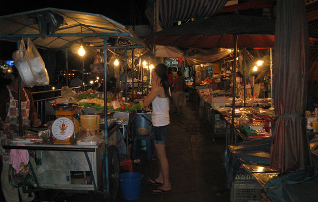 ホイクワンで開かれる夜市の風景