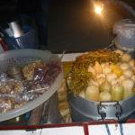 蒸したトウモロコシとピーナッツを売る移動式屋台