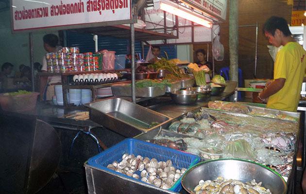 生の海鮮食材を店頭におく屋台