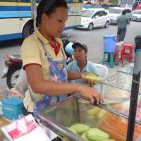 新鮮な果物を売る路上の移動式屋台