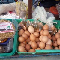 串に刺さした卵を売る屋台