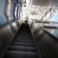地下鉄の駅から伸びる長いエスカレーター