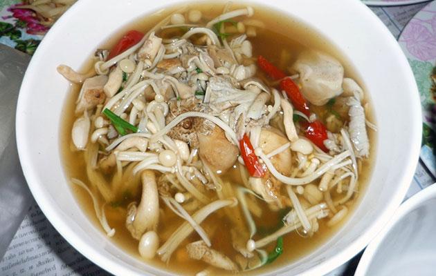 キノコがたっぷり入ったタイ式スープ