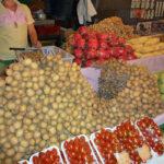 バンコクの市場で見かけた新鮮な果物を売る八百屋