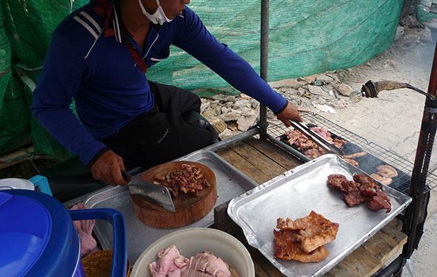 豚の焼肉をソイで売る移動式屋台