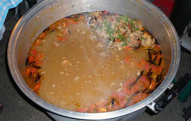 タイの市場では大鍋で煮込まれたトムヤムが売られている