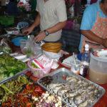タイ料理を惣菜として作って売る市場の店