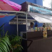 屋外で飲料を売るコーヒースタンド