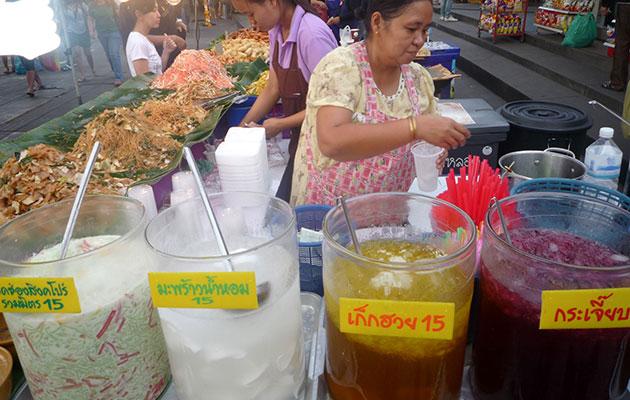 カラフルなジュースを売る屋台