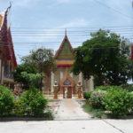 お寺の中でも電線がたくさん張り巡らされるタイ