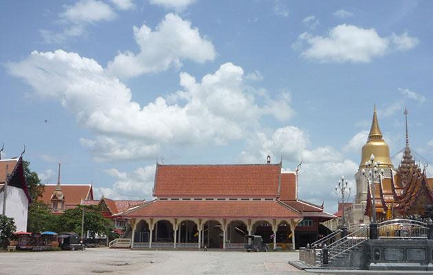 ナコンチャイシーのお寺の本堂