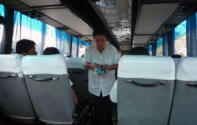 バス料金を回収する女性の車掌さん