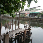 街中の川にある渡し舟の船着場