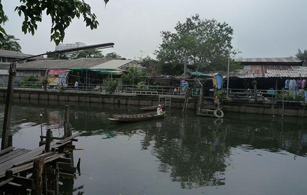 目の前で手漕ぎボートが川を渡る