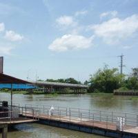 川の上に建てられた水上レストランと田舎の景色