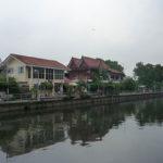 穏やかな川沿いの下町の家々