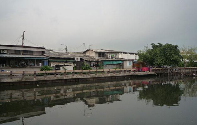 川向こうに見えるタイ人の家