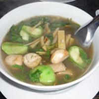 キノコやナス、シナチクが盛りだくさんのタイ式スープ