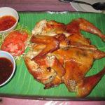 鶏1羽を丸ごと焼いたガイヤーンを食べる